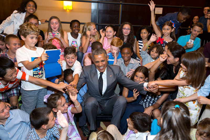 Obama-and-kids-happy-children-give-obama-a-hand